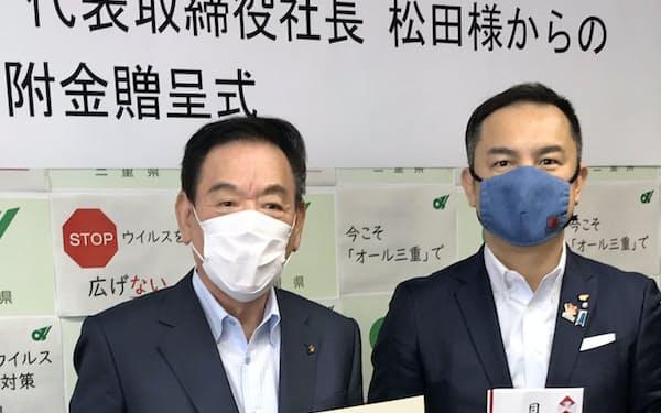 12日の寄付金贈呈式に出席したおやつタウンの松田社長(左)と鈴木三重県知事(県庁)