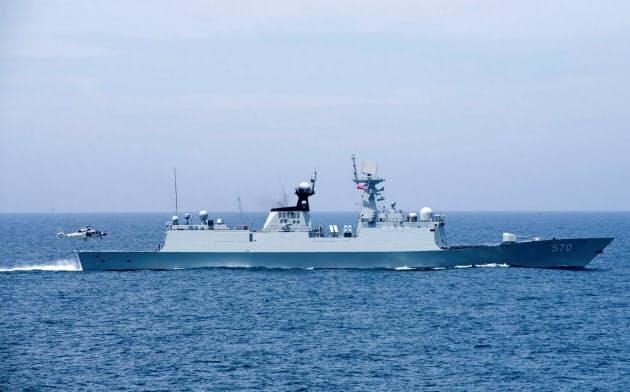中国は南シナ海で軍事色を強める(2017年6月撮影、軍事演習する警備艇)=ロイター