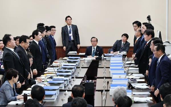 起立多数で制度案の大枠を了承した法定協議会(2019年12月、大阪府庁)