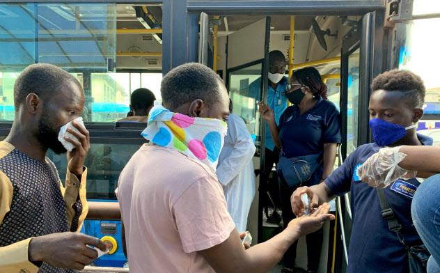 外出規制が緩和されたナイジェリアでは、市場や銀行が多くの人で混雑している=ロイター