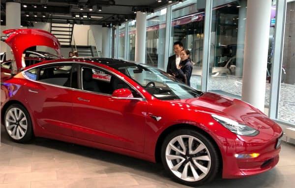 テスラ「モデル3」が欧州のEV販売をけん引(独フランクフルト市内のショールーム)
