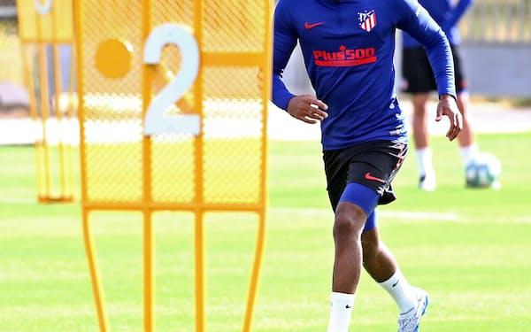 スペインリーグもクラブでの練習が再開し始めた(11日、練習するアトレチコ・マドリードの選手たち)=ロイター