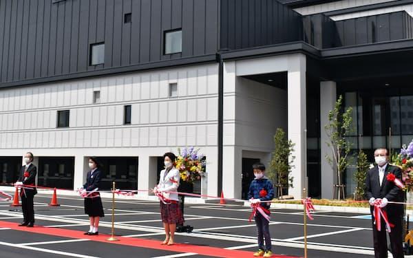 出席者を絞り屋外で開かれた県総合文化芸術館の開館セレモニー(13日、山形市)