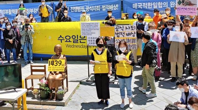 日本大使館前で開かれた元慰安婦支援団体の集会(13日、ソウル)