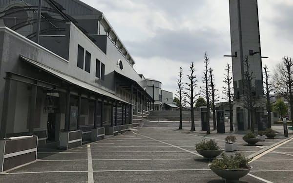 新型コロナウイルス感染拡大の影響で休業が続き、閑散とする彩の国さいたま芸術劇場(さいたま市中央区)