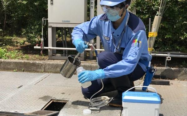 東京都は13日、新型コロナウイルス感染の調査研究に使うための下水を採取した(港区の芝浦水再生センター)