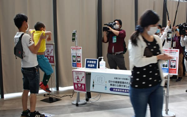 イオンモール松本は出入り口に検温装置や消毒液を用意し、営業を再開した(13日、長野県松本市)