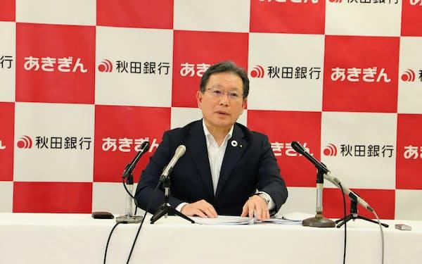 決算を発表する秋田銀行の新谷明弘頭取(13日、秋田銀行本店)