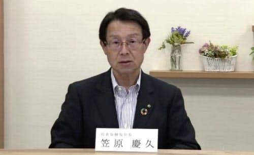オンラインで会見する九州FGの笠原社長(13日、熊本市)