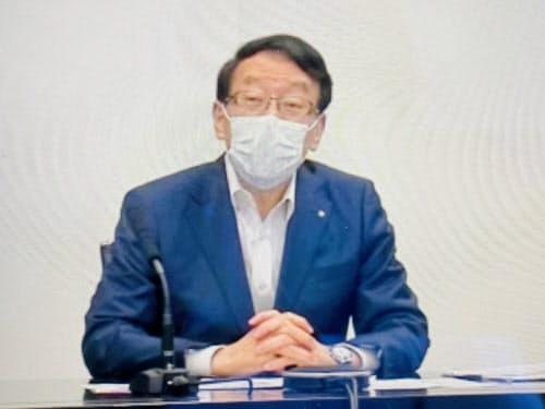 オンライン会見するふくおかFGの柴戸会長兼社長(13日、福岡市)