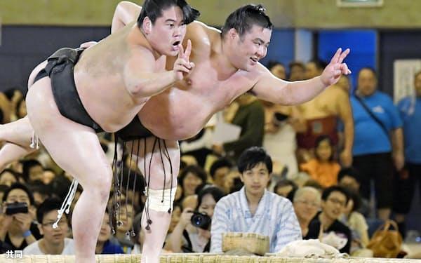 2018年7月、大相撲の巡業で「初っ切り」を務めた勝武士(右)=共同