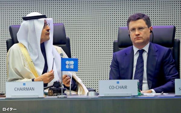 19年12月のOPECプラスの会合に出席したサウジのアブドルアジズ・エネルギー相(左)とロシアのノワク・エネルギー相=ロイター
