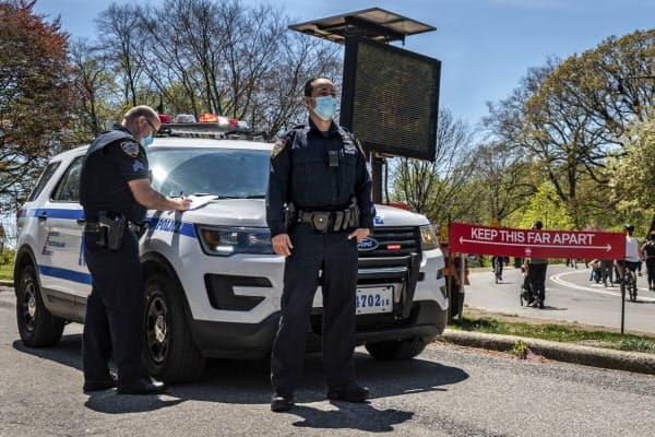 感染防止のため市民が「社会的距離」を保つよう警察が監視している(2日、ニューヨーク)=Sipa USA提供・AP