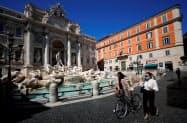 イタリアでは規制の緩和が始まったが、正常化にはなお遠い(7日、ローマ)=ロイター