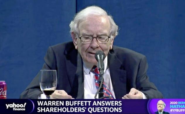 バークシャーの年次株主総会でオンライン経由で質問に答えるバフェット氏(2日)=ロイター
