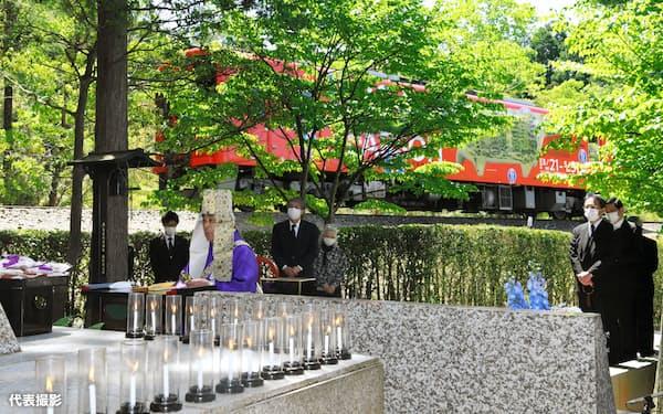 事故現場近くの慰霊碑前で行われた追悼法要(14日午前、滋賀県甲賀市)=代表撮影