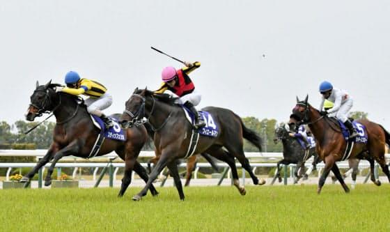 フィエールマン(14)は3日の天皇賞・春を勝ち、ディープインパクト産駒の牡馬で初めてG1を3勝した(京都競馬場)=共同