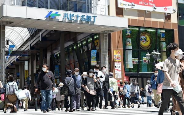 休業要請解除後、人出は増えつつある(14日、仙台市の商店街)