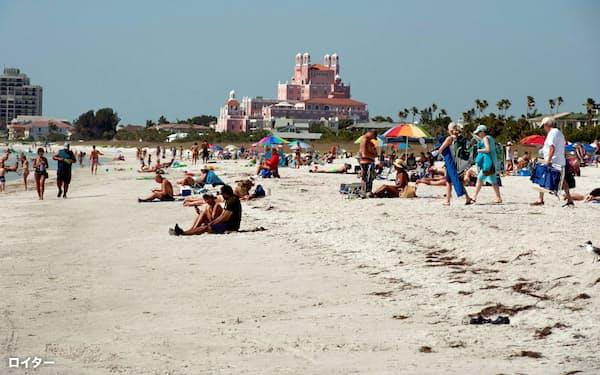 フロリダ州では自宅待機命令が緩和され、外出を待ちわびた人たちはビーチに繰り出した=ロイター