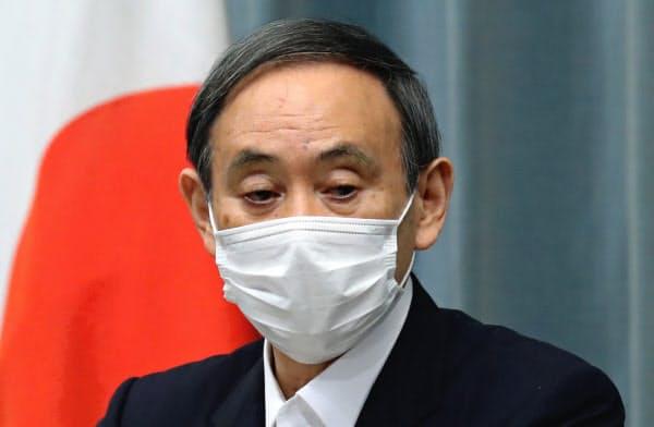 記者会見する菅官房長官(14日、首相官邸)