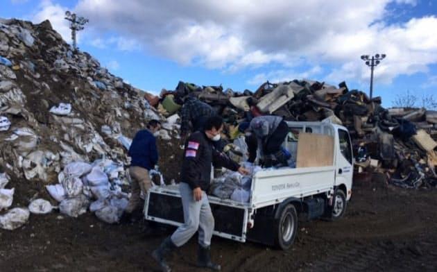 「被災地で発揮される市民の共助の力をコロナ禍でも」(民家からの災害ゴミを集積場に運ぶ災害ボランティア。2019年11月、福島県いわき市)