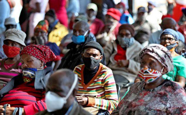 新型コロナのワクチンが開発されても貧しい途上国には供給されないのでないかとの懸念が広がっている(南アフリカで)=ロイター