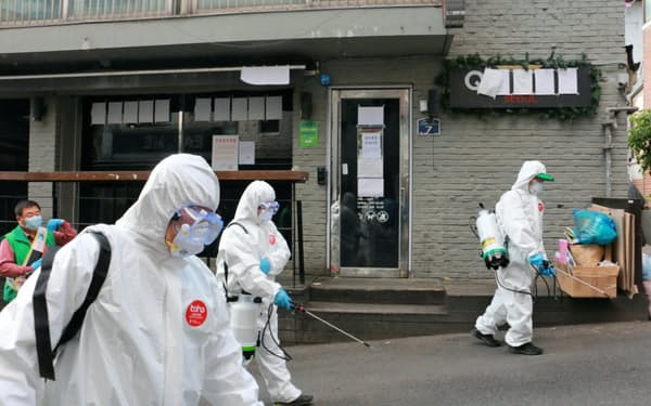 梨泰院のクラブ周辺で消毒作業する防疫班