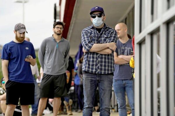 失業を届け出るため並ぶ人たち(4月、米アーカンソー州)=ロイター