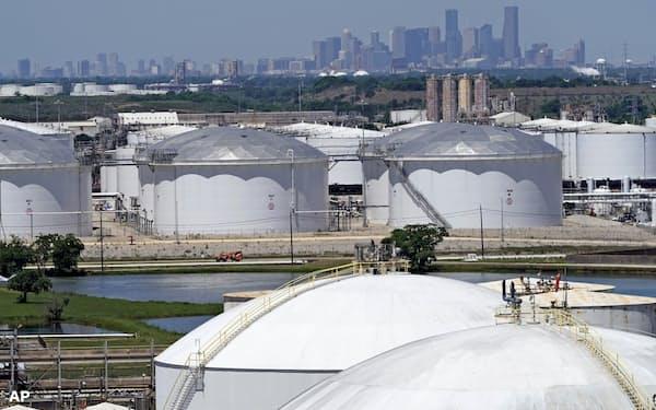 米テキサス州ヒューストンの石油貯蔵施設=AP