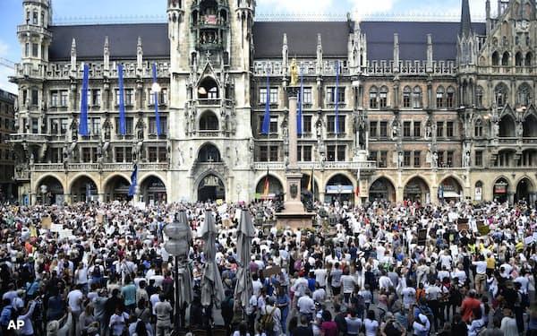 ミュンヘン中心部で9日開かれたコロナ規制に反対するデモ=AP