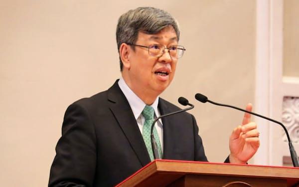 記者会見する台湾の陳建仁副総統(14日、台北市の総統府)