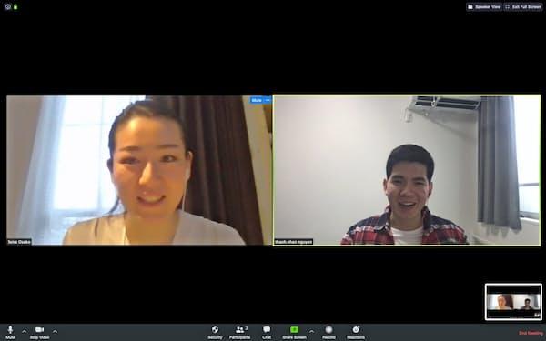 在宅勤務中もビデオ会議で先輩と話すベトナム人社員のグエンさん(右)