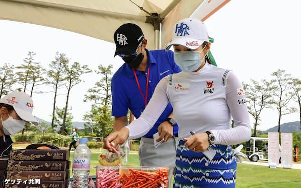 韓国女子プロ選手権でマスクを着けて準備するイ・ボミ(14日、韓国・楊州)=ゲッティ共同