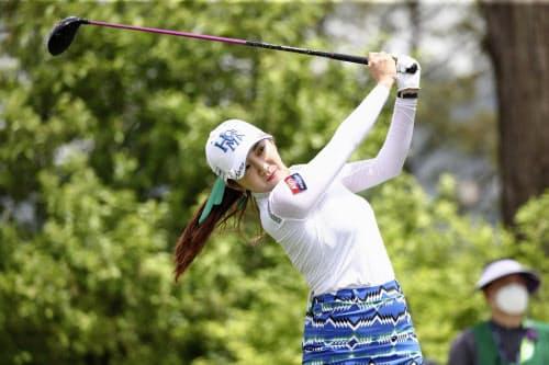 韓国女子プロ選手権の第1ラウンドでショットを放つイ・ボミ(14日、韓国・楊州)=ゲッティ共同