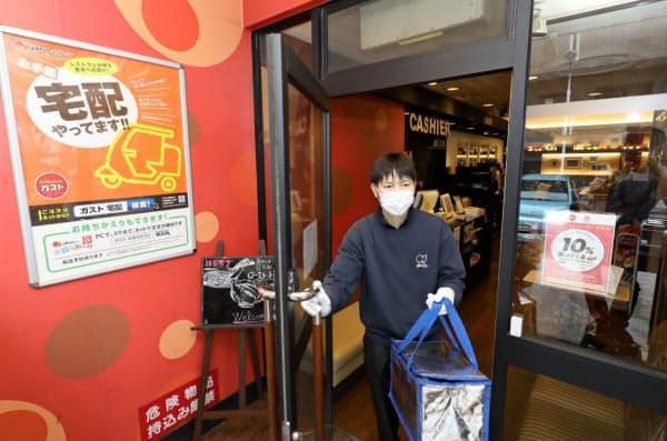 宅配では玄関前などに商品を置く「置き配」の活用を盛り込んだ(東京都内のガストの店舗)