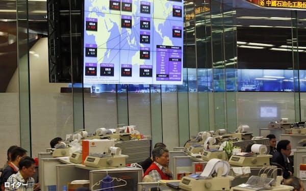 米国上場の中国企業が香港で上場を目指す動きも広がりそうだ(香港取引所)=ロイター