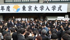 安倍首相は「9月入学」について「前広に検討していきたい」と述べた(東京大学の入学式)