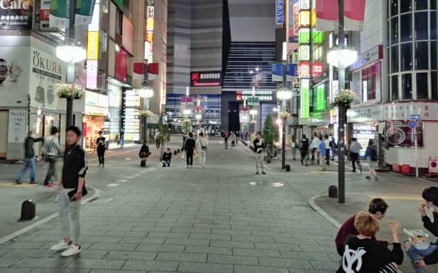 歌舞伎町の通りには人出が戻り始めた(14日夜、東京都新宿区)