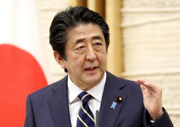 緊急事態宣言を39県で解除すると表明し、国民に協力を呼びかける安倍首相(14日、首相官邸)