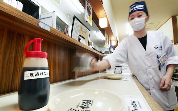 営業再開に向け、ソースの容器を変更した串カツ店(14日、大阪市中央区の串かつだるま道頓堀店)