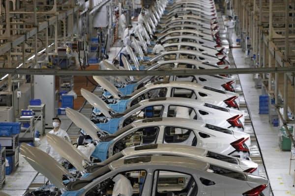 生産を再開したホンダの工場(4月、中国・武漢市)=AP