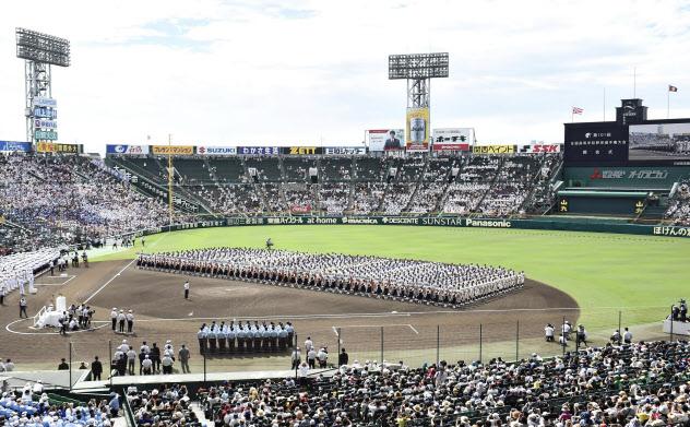 2019年8月、甲子園球場で行われた第101回全国高校野球選手権大会の開会式=共同