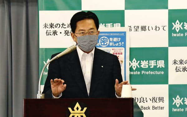 記者会見で、県外ナンバー車への嫌がらせをしないように呼びかける達増知事(15日、岩手県庁)1