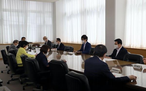 議員報酬などの削減を決めた各派代表者会議(15日、秋田県議会)