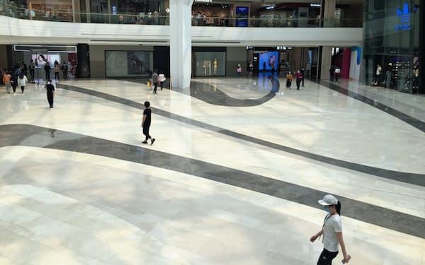 商業施設の人出はまだ平年並みに戻っていない(5月上旬、北京市)