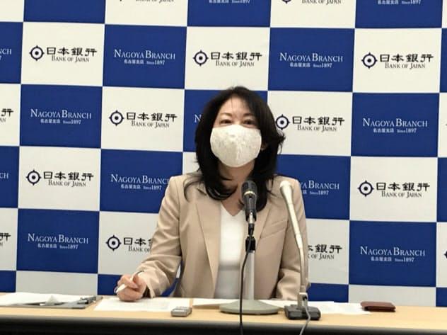 記者会見する日銀名古屋支店の清水季子支店長(15日、名古屋市)