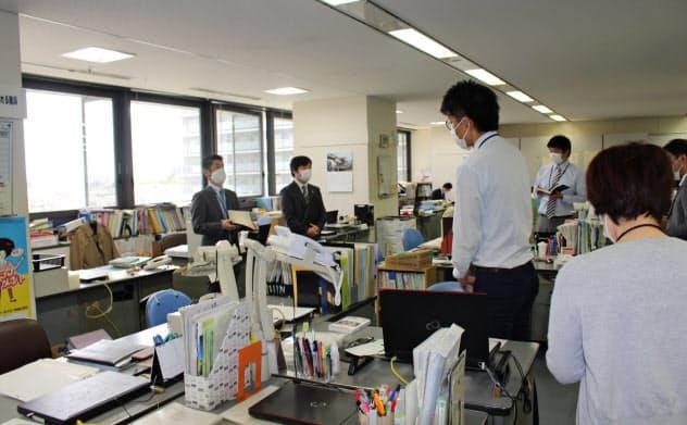 テレワークや時差出勤などにより、午前9時からの朝礼に集まる職員数も激減した(4月22日、堺市役所)
