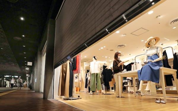営業再開に向けて準備する天神地下街の店舗(15日、福岡市)