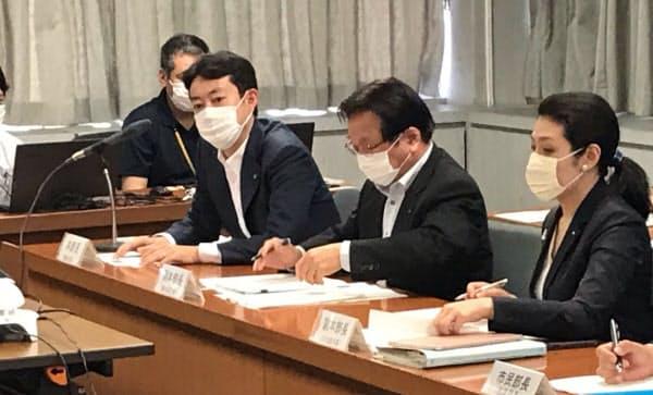 千葉市が15日開いた新型コロナウイルス対策本部会議で学校再開などを協議する熊谷俊人市長(右から3人目)ら