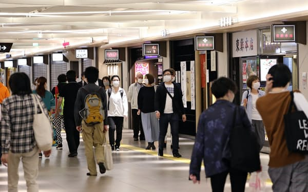 人通りが戻り始めた栄の地下街(15日、名古屋市中区)
